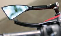 Điều khiển xe mô tô không có gương chiếu hậu xử lý thế nào?