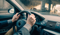 Vô-lăng ô tô đột nhiên nặng trình trịch: Nguyên nhân do đâu?