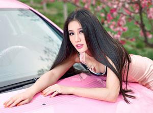 Người đẹp đọ sắc hồng bên Mercedes CLS 300