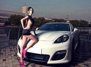 Người đẹp quyến rũ bên Porsche trắng