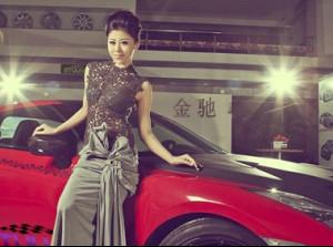 Khám phá Nissan GT-R bên người đẹp cổ điển