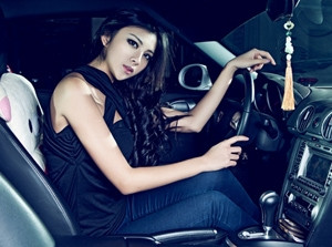 Bộ đôi chân dài bên Porsche cayman, Mercedes-Benz C63 AMG