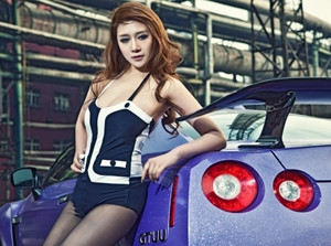 Chân dài bên Nissan GT-R