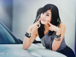 Người mẫu Hàn duyên dáng bên Infiniti FX30d