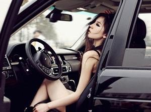 Chân dài nóng bỏng bên Land Rover
