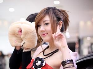 Người mẫu Hàn duyên dáng bên Infiniti