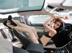 Người đẹp sexy bên Land Rover