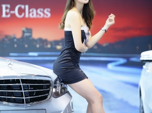 Kiều nữ gợi cảm bên Mercedes E-Class
