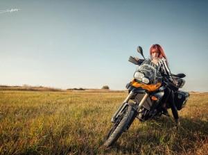 Hotgirl phong trần cùng mô tô