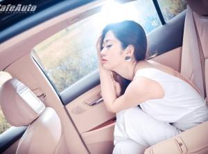 Bóng hồng duyên dáng bên xế sang Lexus