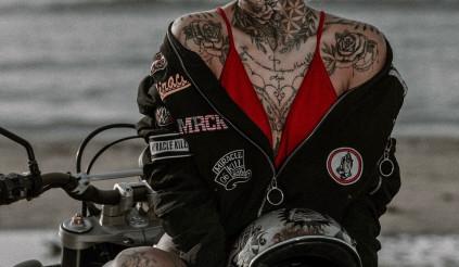 Ducati Scrambler đọ dáng với người mẫu tóc vàng đầy nóng bỏng