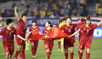 Tỷ phú Phạm Nhật Vượng tặng xe cho tuyển bóng đá nữ Việt Nam