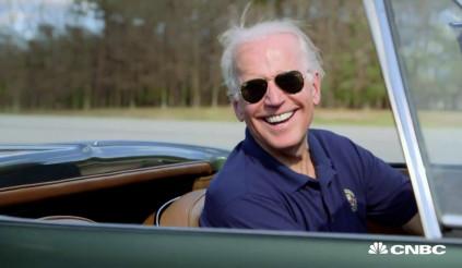 Đang bận tranh cử, phó tổng thống Mỹ không quên 'nhắc khéo' hãng xe Mỹ