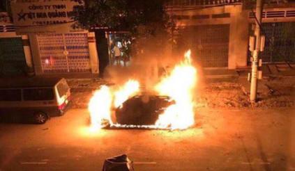 Móng Cái: Mercedes – Benz GLK 250 bốc cháy dữ dội trong đêm