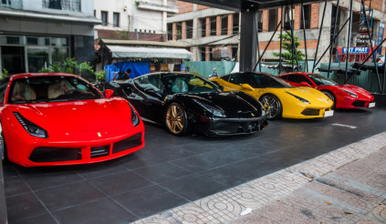 Dàn siêu xe trăm tỷ tại một showroom sài Gòn
