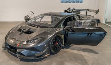Cậu bé 14 tuổi được tặng siêu xe Lamborghini phiên bản đua nhân dịp sinh nhật