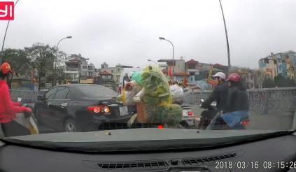 Bức xúc với hành động thiếu ý thức của nữ tài xế quay đầu xe trên cầu