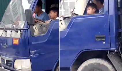 Chủ xe ô tô bị phạt 8 triệu vì để bé trai cầm lái xe tải 1,25 tấn