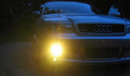 Vì sao đèn xe ô tô thường có ánh sáng vàng chứ không phải màu khác?