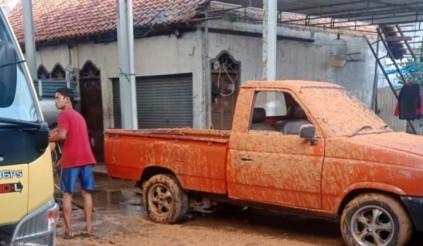 Ngôi làng bốc mùi sau khi xe hút bể phốt bất ngờ phát nổ