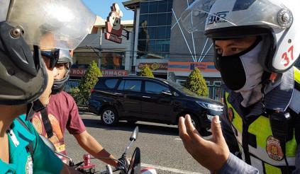 Cảnh sát Philippines tịch thu bằng lái xe vì không đeo khẩu trang