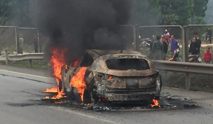 Mazda 3 bốc cháy trên cao tốc Hà Nội - Thái Nguyên
