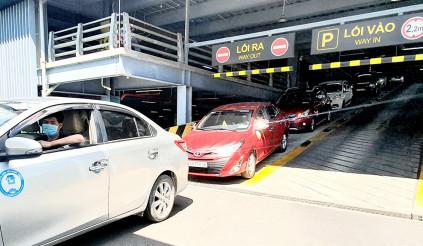 Xe Grab đón khách sân bay tốn 25 ngàn đồng, nghị định đã rõ, người dùng thiệt thòi