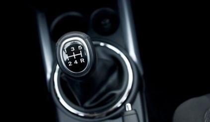 Dậm chân côn cho xe trôi, có ảnh hưởng đến má côn hay không?