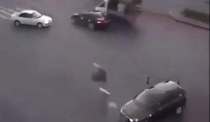 Kinh hoàng tai nạn xe máy cắt đôi ô tô