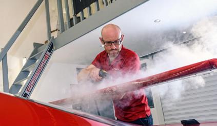 Vào xưởng ở Anh để thấy quy trình bảo quản màu sơn kỳ công ra sao