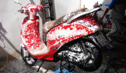 Bạn có thể rửa xe ở nhà mà không sợ trầy sơn với bình tạo bọt tuyết tiện lợi