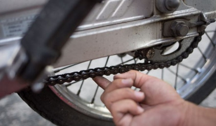 Sai lầm khi dùng nhớt đã qua sử dụng để bôi trơn sên xe máy