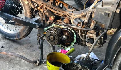 Chủ quan không kiểm tra dầu nhớt có thể làm cho chiếc xe máy của bạn ngưng hoạt động