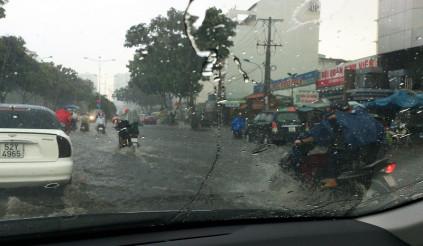 Xua tan ẩm mốc khoang xe những ngày sáng nắng chiều mưa